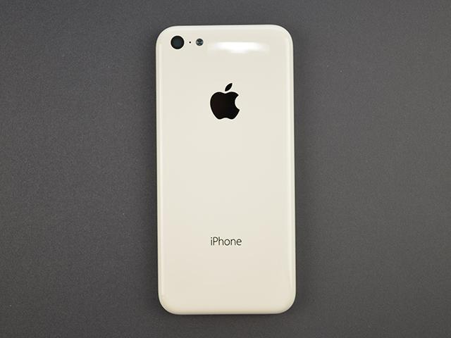 8/8 消息,国外网站 SonnyDickson 日前曝光一组疑似苹果 iPhone 5C 背部、侧边以及背盖内侧的实机照片。图片显示,苹果 iPhone 5C 背部左上角配备相机镜头、LED 闪光灯及降噪麦克风,底部则有 Lightning 接口、3.5mm 耳机孔、麦克风以及扬声孔设计;背盖顶部及侧边皆有小孔设计,猜测可能为其它配置。此外,GSMArena 网站亦指出,iPhone 5C 未设置静音开关和音量键,不排除此组照片为产品早期开发阶段的外型,并声称若照片属实,iPhone 5C 应配置 4