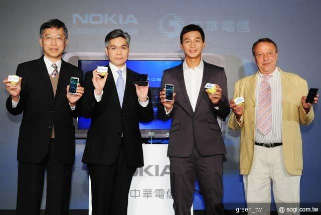 四位嘉賓由左至右分別為:中華電信總經理 張曉東。諾基亞總經理 許培楨。Symbian^3形象大使 盧彥勳。國際教練 Dirk Hordorff。