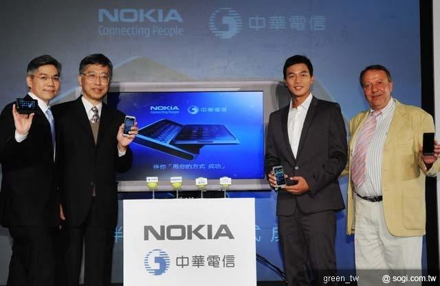 Nokia E7 擁有四吋 AMOLED 超大螢幕,支援 HDMI 高畫質影片播放與 Dolby Digital Plus 音效技術